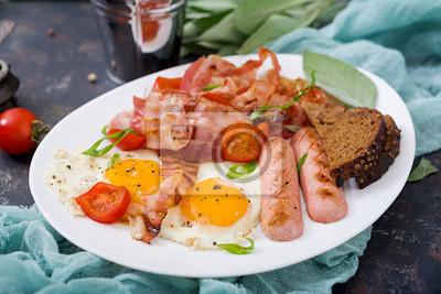 Plakat Śniadanie angielskie - jajko smażone, kiełbasa, pomidory, boczek i tosty.