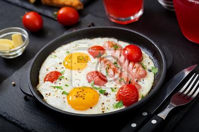 Śniadanie angielskie - jajko smażone, pomidory i kiełbasa.