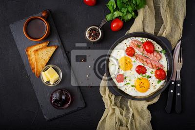 Śniadanie angielskie - jajko smażone, pomidory i kiełbasa. Widok z góry. Płaskie leże