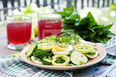 Śniadanie w letnim ogrodzie. Sałatka jajek i ogórków z zielonej cebuli i bazylii.
