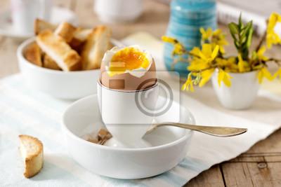 Plakat Śniadanie z jajka na miękko, tosty z chleba, kawa ze śmietaną i świeża gazeta.