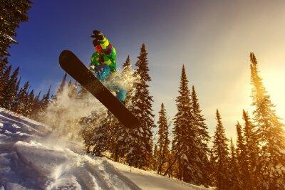 Plakat Snowboarder skoki w powietrzu z głębokim błękitnym niebem w tle