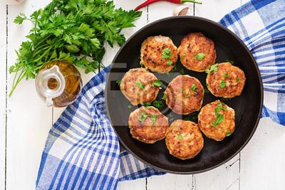 Soczyste pyszne kotlety mięso na patelni na drewnianym stole. Widok z góry
