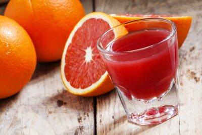 Plakat Sok z czerwonych pomarańczy z Sycylii w dużej szklance, selektywne focus