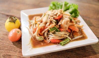 Plakat Somtum, papaja sałatka z krewetek, pikantne Thai naczynie żywności. Selektywne fokus na krewetki