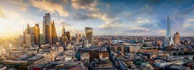 Plakat Sonnenuntergang hinter den modernen Wolkenkratzern der Skyline von London, Großbritannien