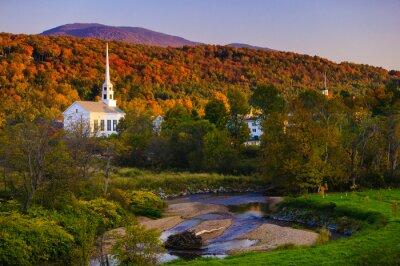 Plakat Spadek liści za Vermont wiejskiego kościoła