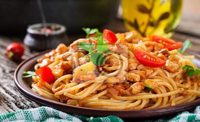 Spaghetti Bolognese makaron z pomidorowym kumberlandem, warzywami i minced mięsem, - domowej roboty zdrowy włoski makaron na nieociosanym drewnianym tle.