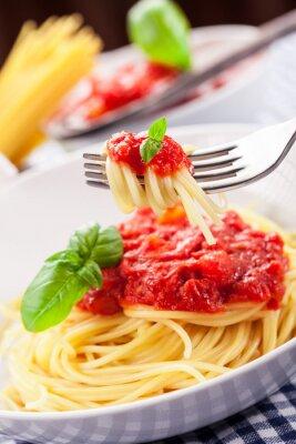 Plakat Spaghetti z sosem pomidorowym na domowym stole klasycznej