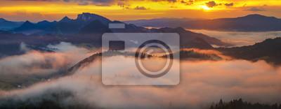 Plakat spektakularny, bajkowy zachód słońca nad górami, unoszące się mgły podkreślone zachodzącym słońcem, Pieniny, Słowacja