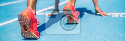 Plakat Sprinter czeka na rozpoczęcie wyścigu na bieżni na zewnątrz stadionu. Sport i fitness kobieta lekkoatletka biegacz na niebieski biegać toru z pomarańczowy buty do biegania. Banner panoramy.