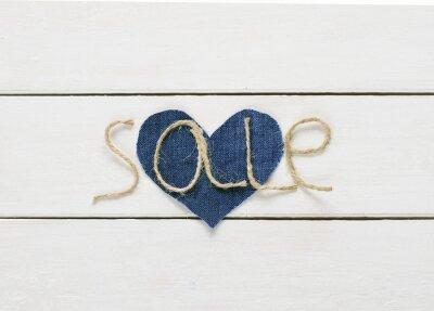 Sprzedaż napisów z sznurka w dłoni na dżinsowym sercu na białym tle drewniane dla projektu sklepu
