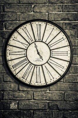 Plakat Stare zabytkowe zegar w trybie monochromatycznym z teksturą ściany z cegły