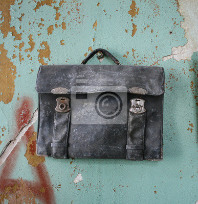 Plakat Stare Zakurzone Czarne Teczki Na Tle Popękane ściany 63175996