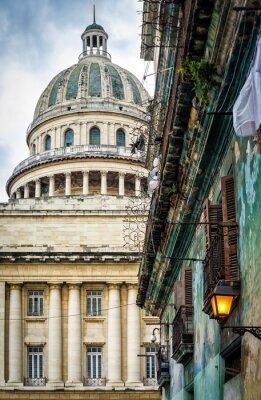 Plakat Stary budynek w Hawanie z Kapitolu w tle