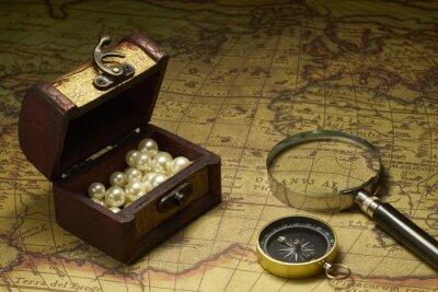 Plakat Stary kompas i lupa na mapie rocznika