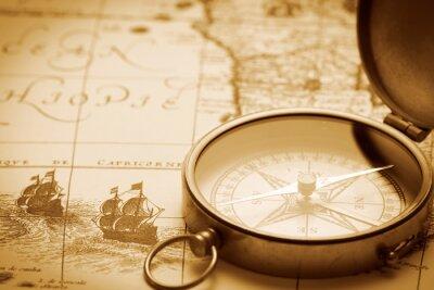 Plakat Stary kompas na mapie rocznika