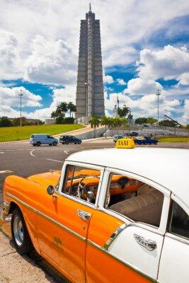 Plakat Stary samochód zaparkowany na Placu Rewolucji w Hawanie