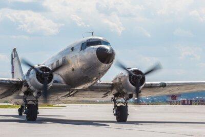 Plakat Stary samolot Douglas 40s kołowania po wylądowaniu na parkingu