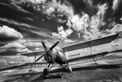Plakat Stary samolot na polu w czerni i bieli