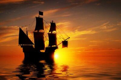 Plakat Stary starożytny statek piracki na spokojny ocean na zachód słońca.