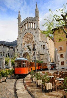 Plakat Stary tramwaj w przedniej części katedry w Soller, Majorka, Hiszpania