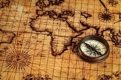 Plakat Stary vintage kompas na starożytnej mapie