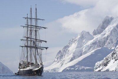 Plakat Statek turystyczny żeglarstwo letni dzień na tle górskiego szczytu