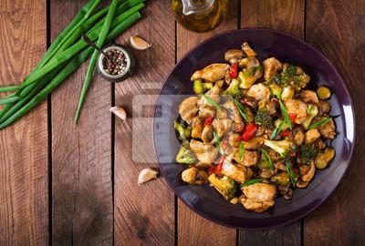 Stir fry z kurczaka, pieczarki, brokuły i papryka - chińskiej. Widok z góry