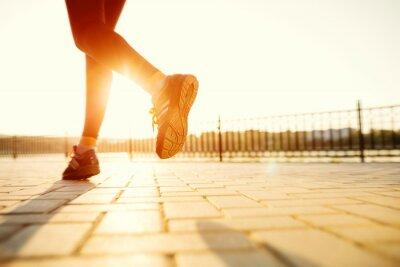 Plakat Stopy Runner działające na zbliżenie drogowego na bucie. kobieta fitness sunri