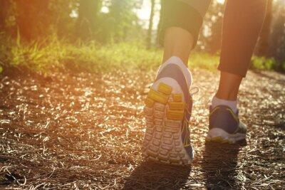 Plakat Stopy Sportowiec biegacz w przyrodzie, zbliżenie na bucie. Kobieta fitness, jogging, aktywnego stylu życia koncepcji