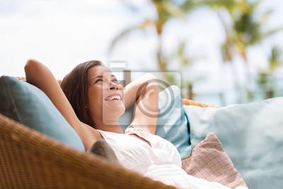 Plakat Strona główna życia kobiety relaks ciesząc luksusowy sofa meble ogrodowe na zewnątrz patio salonie. Szczęśliwa dama leżąc na wygodnych poduszkach marzyć myślenia. Piękna młoda dziewczyna azjatyckich c