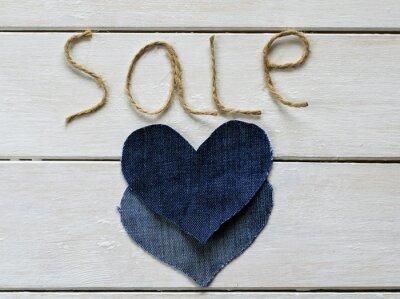 stylowe litery ze sprzedaży sznurka w dłoni i dwóch denim senecah na białym drzewie