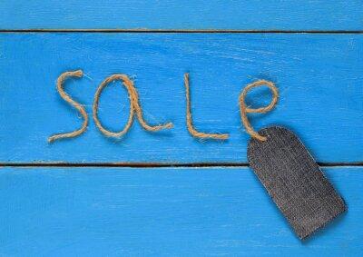Stylowe puste cena denim na ciąg spoczywa na niebieski namalowany stół