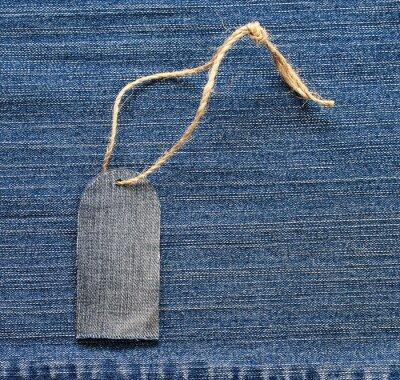 stylowe puste tag na liny na tle denim dla sezonowych sprzedaży spodnie