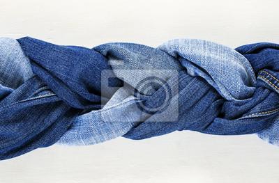 stylowe tkane warkocze niebieskich dżinsów na białym tle drewniane