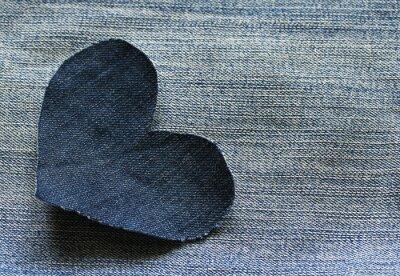 stylowe tło z wyczerpania samotnego denim serca na tle tkaniny spodnie