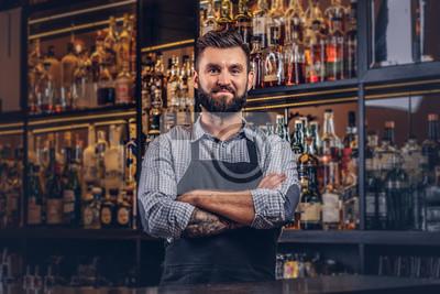 Plakat Stylowy brutalny barman w koszuli i fartuch stojący z skrzyżowanymi rękami w barze licznik tle.