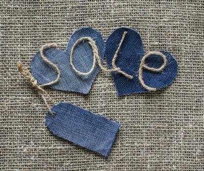 stylowy napis z sprzedaży sznurka w mojej dłoni z ceną denim i serdarli na tle tkaniny burlap na opatrunki okienne