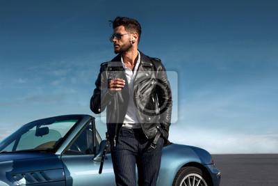 Plakat Sukces, przystojny mężczyzna w pobliżu samochodu.