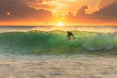 Plakat Surfer surfing na Sunrise