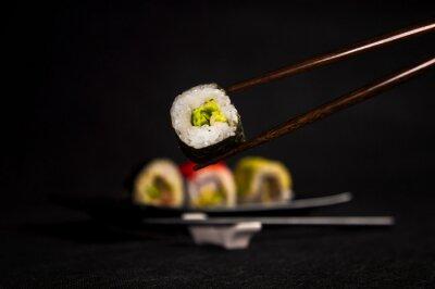 Plakat Sushi na czarnym tle, kuchni japońskiej, pałeczki
