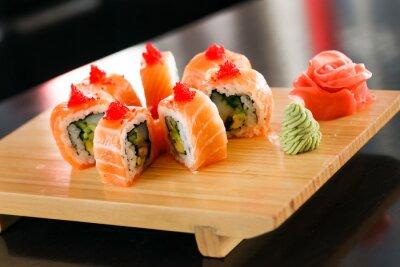 Plakat sushi na pokładzie drewna