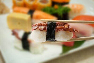 Plakat Sushi pałeczkami z rozmycia sushi na talerzu tle