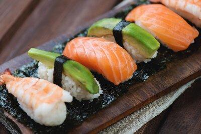 Plakat Sushi z łososia, krewetek i awokado, zbliżenie