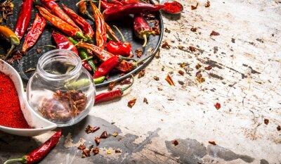 Plakat Suszone czerwone papryki chili na tacy w słoiku.