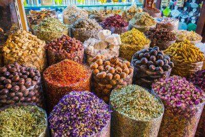 Plakat suszone zioła, kwiaty, przyprawy w Suk z przyprawami w dzielnicy Deira