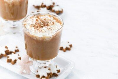 Plakat świąteczna latte dyni i migdałowe ciasteczka na białym tle