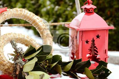 świąteczne Dekoracje Na Zewnątrz Z Czerwoną Latarnią I Zielone Plakaty Redro