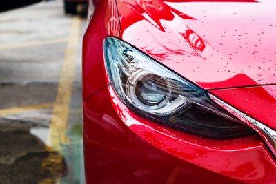 Plakat światła czerwonego samochodu po deszczu na ulicy